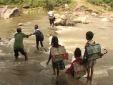 Xót xa cảnh bố cõng con đi trên ống dẫn nước vượt lũ dữ đến trường