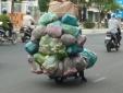 Kinh hãi cảnh xe máy chất hàng 'như núi' đi ngang nhiên trên phố Hà Nội