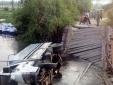 Tài xế xe tải phi thẳng xuống sông do bất chấp cảnh báo cầu yếu