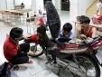 'Soái ca' Bách khoa sửa xe ngập nước miễn phí cho sinh viên