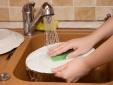 Đừng mắc những sai lầm này khi bạn rửa bát, kẻo gây họa vào người!