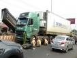 Tai nạn giao thông ngày 8/12: Xe bồn mất lái tông văng 3 xe máy, 2 người nguy kịch