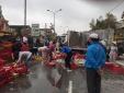 Xe tải bị lật, người dân 'xắn tay áo' giúp tài xế nhặt 2 tấn cá