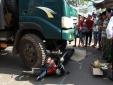 Tai nạn giao thông ngày 28/4: Vợ khóc ngất bên thi thể chồng dưới gầm xe ben
