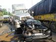 2 xe container kẹp nát Mercedes, tài xế thoát chết