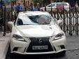 Cần cẩu va trúng ngân hàng khiến cặp ô tô bạc tỷ Lexus và BMW hư hỏng