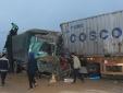 Tai nạn kinh hoàng giữa xe tải và xe container, 2 tài xế mắc kẹt