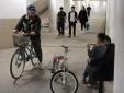 Người dân ở Hà Nội chui xuống hầm để tập thể thao