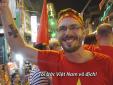 Khách Tây nhảy múa ăn mừng chiến thắng của U23 Việt Nam