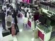 Pin điện thoại nổ tung khi bị khách hàng cắn thử