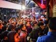 Đội mưa chen nhau mua vàng từ 4 giờ sáng ở Hà Nội