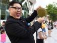 'Kim Jong Un' tươi cười khoe sầu riêng trên đường phố Singapore khiến người dân xôn xao