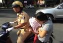 Cấm đường phục vụ lễ 30/4, CSGT TP.HCM đưa 40 trẻ nhỏ vào viện