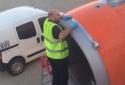 Anh: Nhân viên hàng không dùng băng dính sửa máy bay