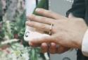 Kỳ lạ người đàn ông kết hôn với chiếc điện thoại