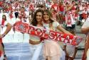 'Đắm say' vẻ đẹp quyến rũ của các nữ CĐV Ba Lan và Bồ Đào Nha
