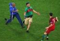 Dư âm trận cầu Ba Lan - Bồ Đào Nha: Fan cuồng lao vào sân 'đuổi bắt, giật áo Ronaldo'