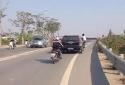 Clip người đàn ông đu bám cửa xe ô tô sau tai nạn gây xôn xao