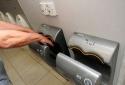 Tránh xa máy sấy tay nếu không muốn bị điếc và nhiễm bệnh