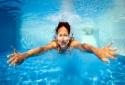 Cả ổ vi khuẩn xâm nhập vào mắt nếu đeo kính áp tròng đi bơi