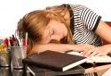 Dân văn phòng thường xuyên ngủ gục trên bàn có thể mắc nhiều bệnh nguy hiểm