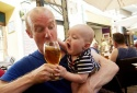 Chuyên gia cảnh báo: Tuyệt đối không để trẻ tiếp xúc với rượu bia