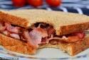 Bánh mì thịt xông khói và gà rán làm tăng nguy cơ mất trí nhớ