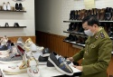 Tạm giữ nhiều đôi giầy thể thao người lớn có dấu hiệu giả mạo nhãn hiệu nổi tiếng