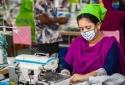 Dịch COVID-19 'giáng đòn' nặng nề vào ngành dệt may khu vực châu Á
