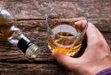 Uống rượu nhiều có thể khiến hiệu quả vaccine COVID-19 yếu