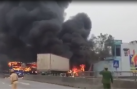 Clip: Xe khách giường nằm và container cháy ngùn ngụt sau va chạm