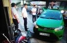 Clip: Tài xế taxi tông thẳng xe 'hạ gục' hai tên cướp