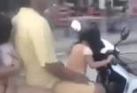 Rợn người cảnh bé gái lái xe máy chở bố mẹ đi 'băng băng'