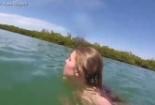 Cô gái hét toáng khi gặp 'thủy quái'