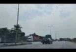 Những chiếc xe tải vô tư đi ngược chiều tránh trạm cân