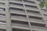 Thót tim cảnh bé trai 4 tuổi vắt vẻo trên lan can tầng 12 khóc