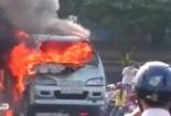Xe 7 chỗ cháy rừng rực trên cầu Quay, hàng trăm người hoảng loạn