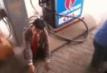 Clip: Thanh niên táo tợn phì phèo hút thuốc lá sát cây xăng