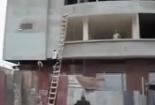 Video: Nhảy xuống tầng 3 để vận chuyển vật liệu xây dựng