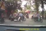 Clip: Hai thanh niên đánh nhau sau khi va chạm giao thông