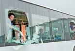 Bé 2 tuổi bị thương nặng vì trò đùa ác ý ném đá xe khách