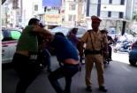 Video: Cảnh sát giao thông đứng nhìn lái xe VTV đánh nhau