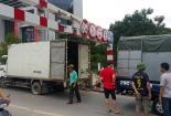 Hà Nội: Xịt hơi lốp để 'giải cứu' xe tải mắc kẹt trên cầu vượt
