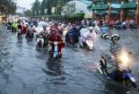 Sài Gòn dầm trong nước thối sau trận mưa lớn nhất năm