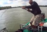 Ngư dân vật lộn, tóm gọn cá trê 'quái vật' nặng 120kg