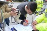 Cảnh sát giao thông Hà Nội xử phạt người đi bộ