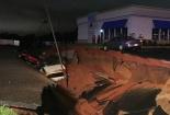 Kinh hãi hố tử thần sâu 50 mét nuốt chửng 2 tòa nhà