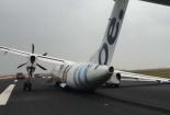 Máy bay Anh chở 59 người gãy càng, cánh đập đất do gió lớn