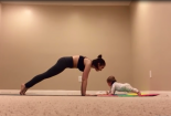 Clip: Bé 6 tháng tuổi tập yoga cùng mẹ siêu dễ thương