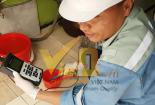 Cơ quan chức năng lấy mẫu 'nước sạch' kiểm nghiệm theo phản ánh người dân